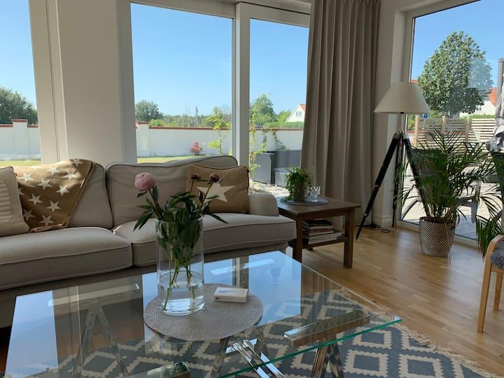 Nybyggd skandinavisk villa med terass och trädgård