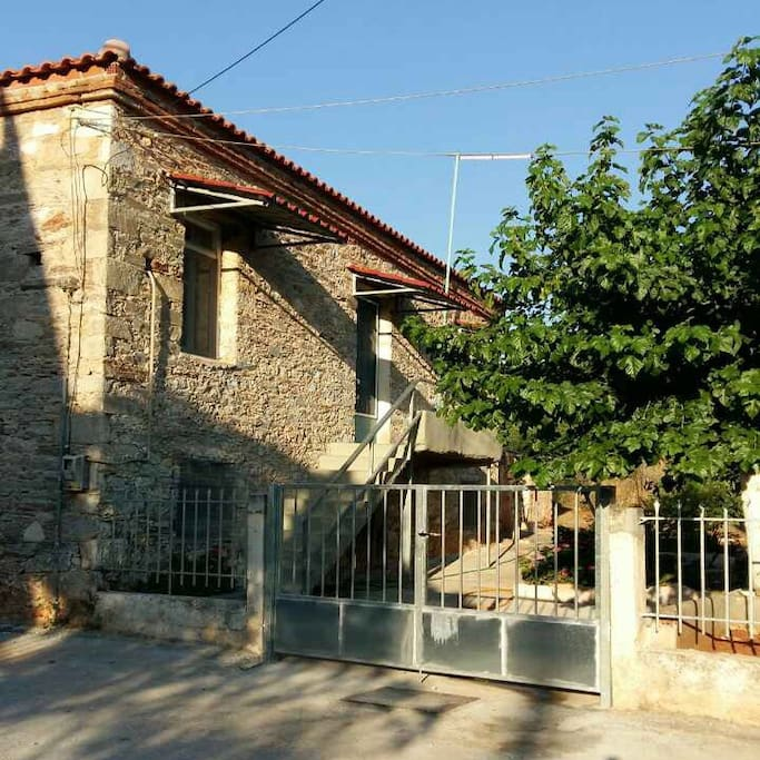 Το πέτρινο σπίτι στο Αλιβέρι