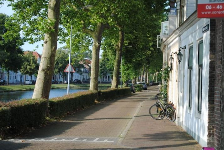 Sunny modern apartment (45m2) on tree-lined canal. - Middelburg - Appartement