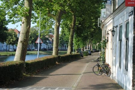 Sunny central modern apartment on quiet canal. - Middelburg - Lejlighed