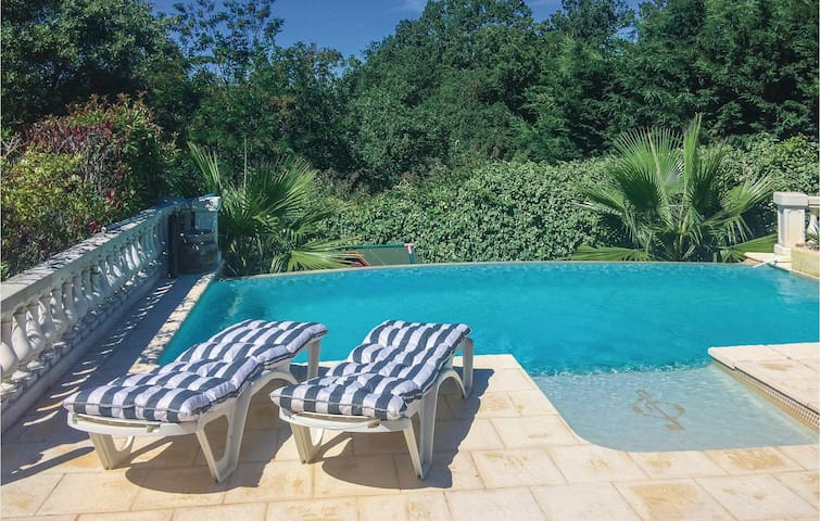 Holiday cottage with 3 bedrooms on 140m² in Les Adrets