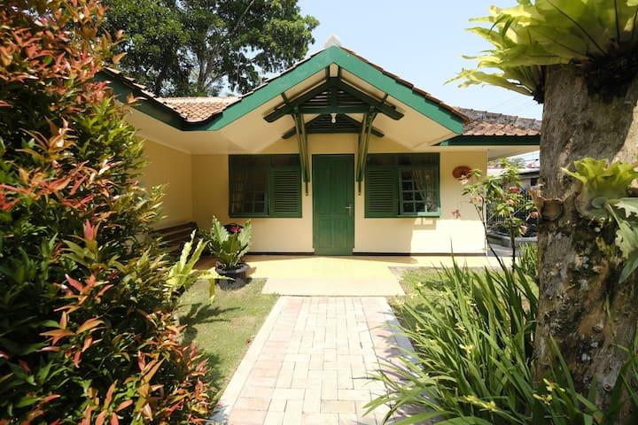 5BR w/ Fast Wifi Villa Lotus at Rumah Gadog