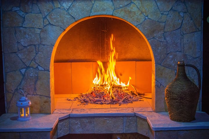 PREPARE YOUR FAVORITE DINNER IN THE COVERED OUTDOOR FIREPLACE