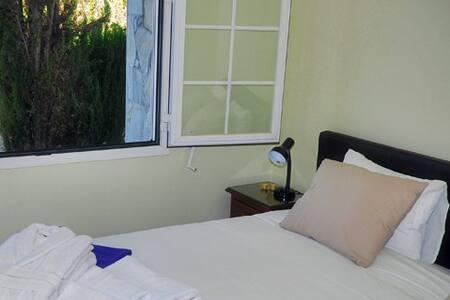 Garden View room met eigen Badkamer - Arriate - 家庭式旅館