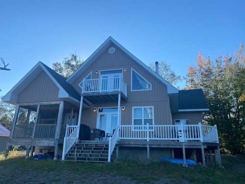 *New Listing* Hideaway Chalet with HOT TUB