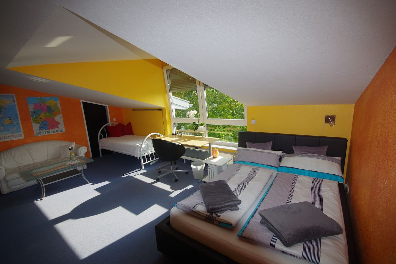 Geräumiges und helles Zimmer für 1 bis 3 Personen auf 24 qm