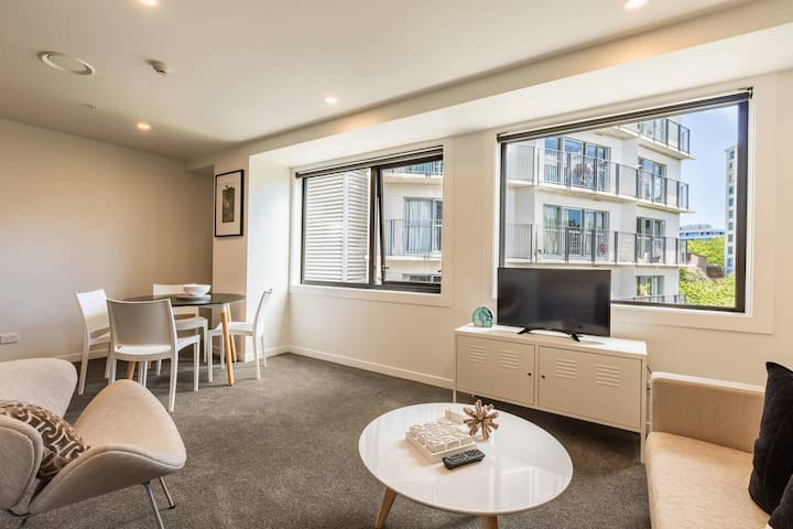BEAUTIFUL and LOVELY Two Bedroom Next to Myers Park Auckland CBD