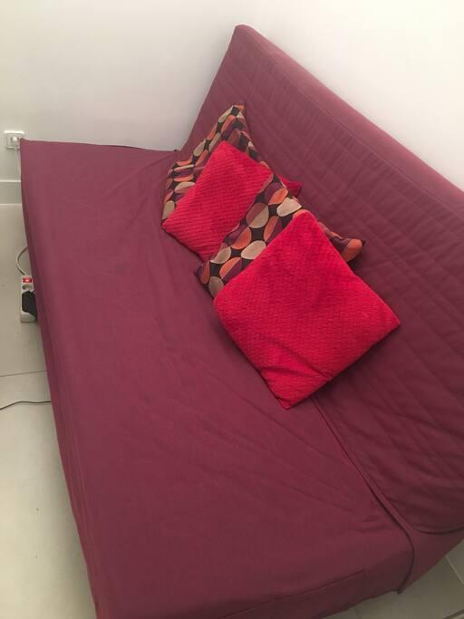 Se alquila sofá cama en piso tipo estudio