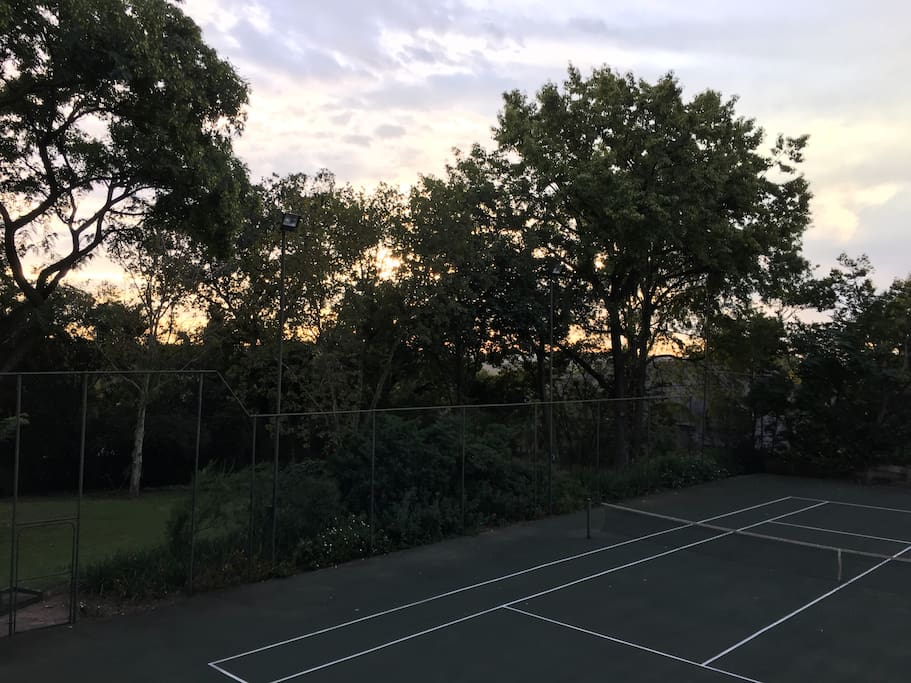 Tennis court, large garden, tranquility in the middle of Johannesburg