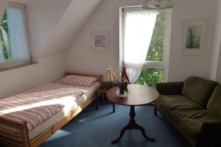 1 Zimmer, 1 Bett, 1 Gast in gepflegter Maisonette