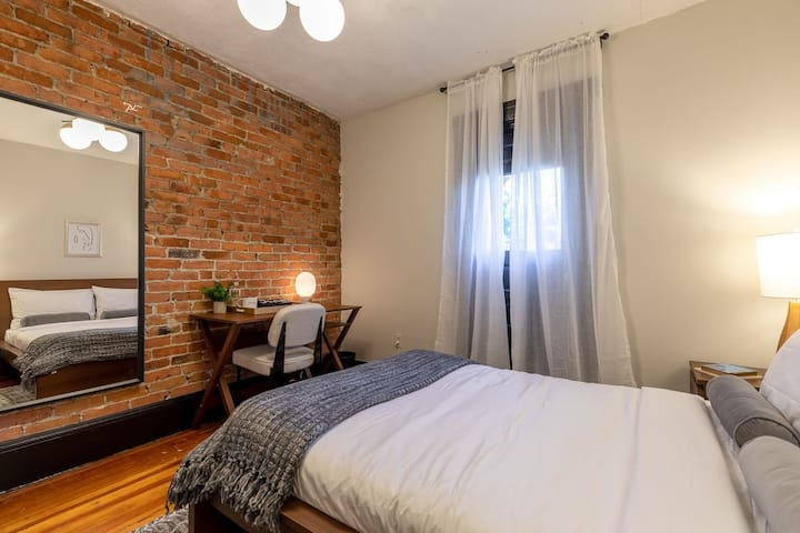 Spacious Queen Room in Allston