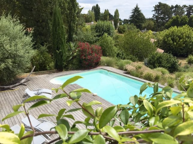 large house, swimming pool, 10 mins from Bordeaux - Latresne - Huis