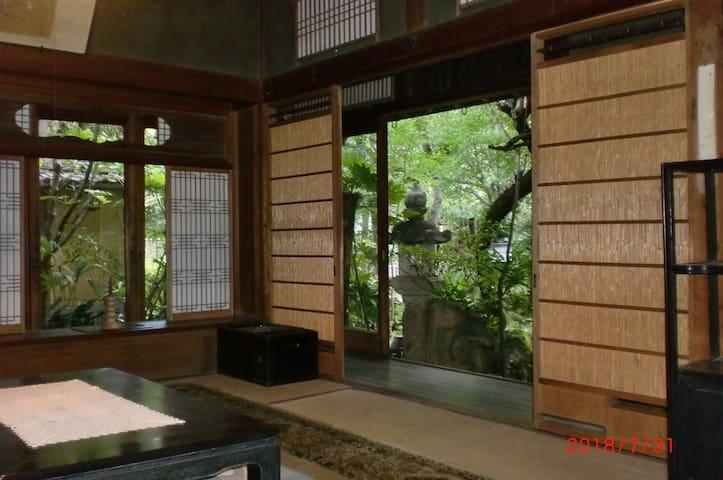丹波・篠山に近い古い大きなお屋敷。庭にBBQテラスあり。家族連や大人数グループに最適(12人まで)。