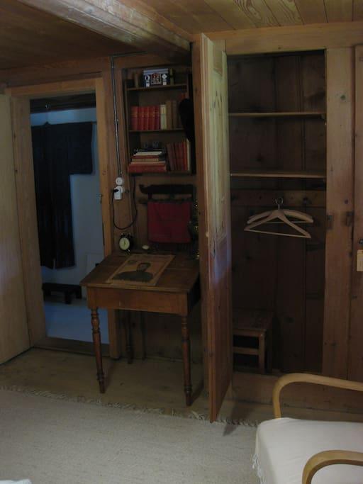 Une armoire à disposition