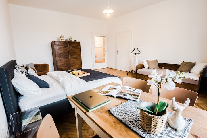 Beautiful private yellow room in city centre