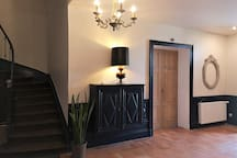 hall d'entrée de la maison avec l'escalier pour accéder aux 2 suites