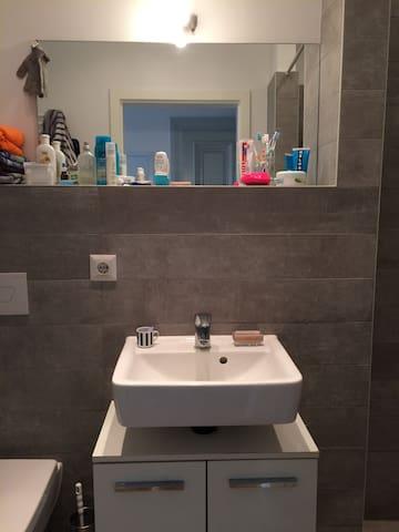 Bad mit offener Dusche, Toilette