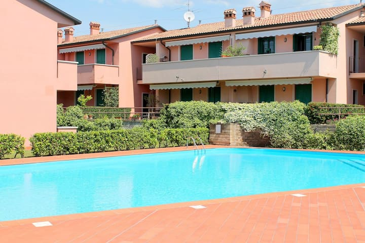 Residence and quiet residence with pool, 600m from the lake