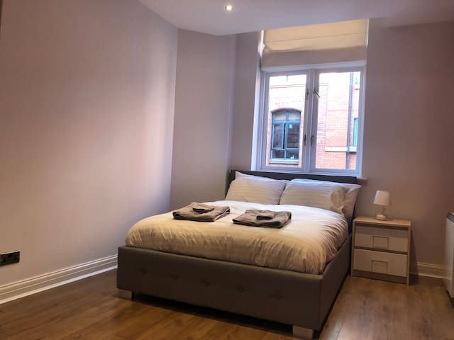 City Centre Apartment- Free Parking & 2 Bathrooms
