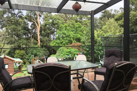 Spread out in a family home in north-west Sydney - North Rocks - Hus