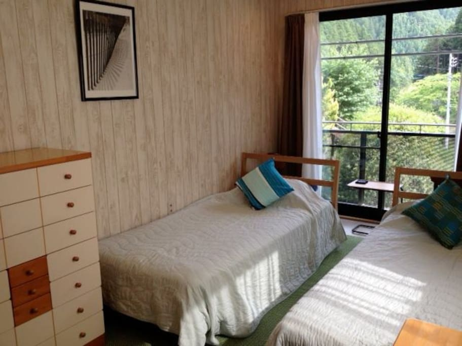the guest room on the 2nd floor with 2 single beds.  / 2階にあるゲストルーム。シングルベットx2台