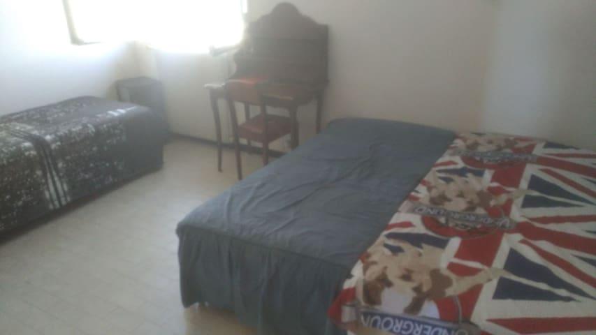 la chambre équipée de 3 lits simples que vous pouvez ajuster comme vous voulez   aussi équipée de deux grand placards pour vos affaires