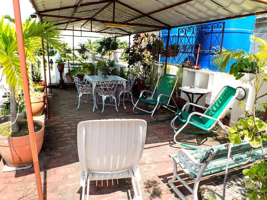 La terraza, un lugar muy acogedor para conversar, descansar o disfrutar de un mojito cubano