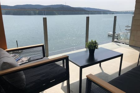 Waterfront Retreat 30 Mins from Downtown Vancouver