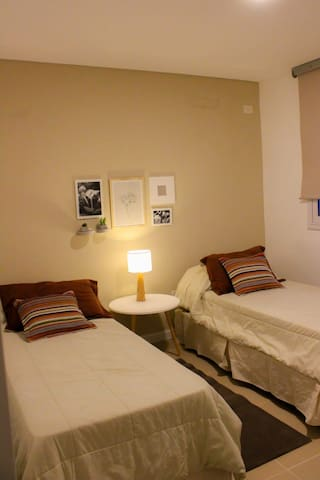 Dos habitaciones con dos camas simples cada una