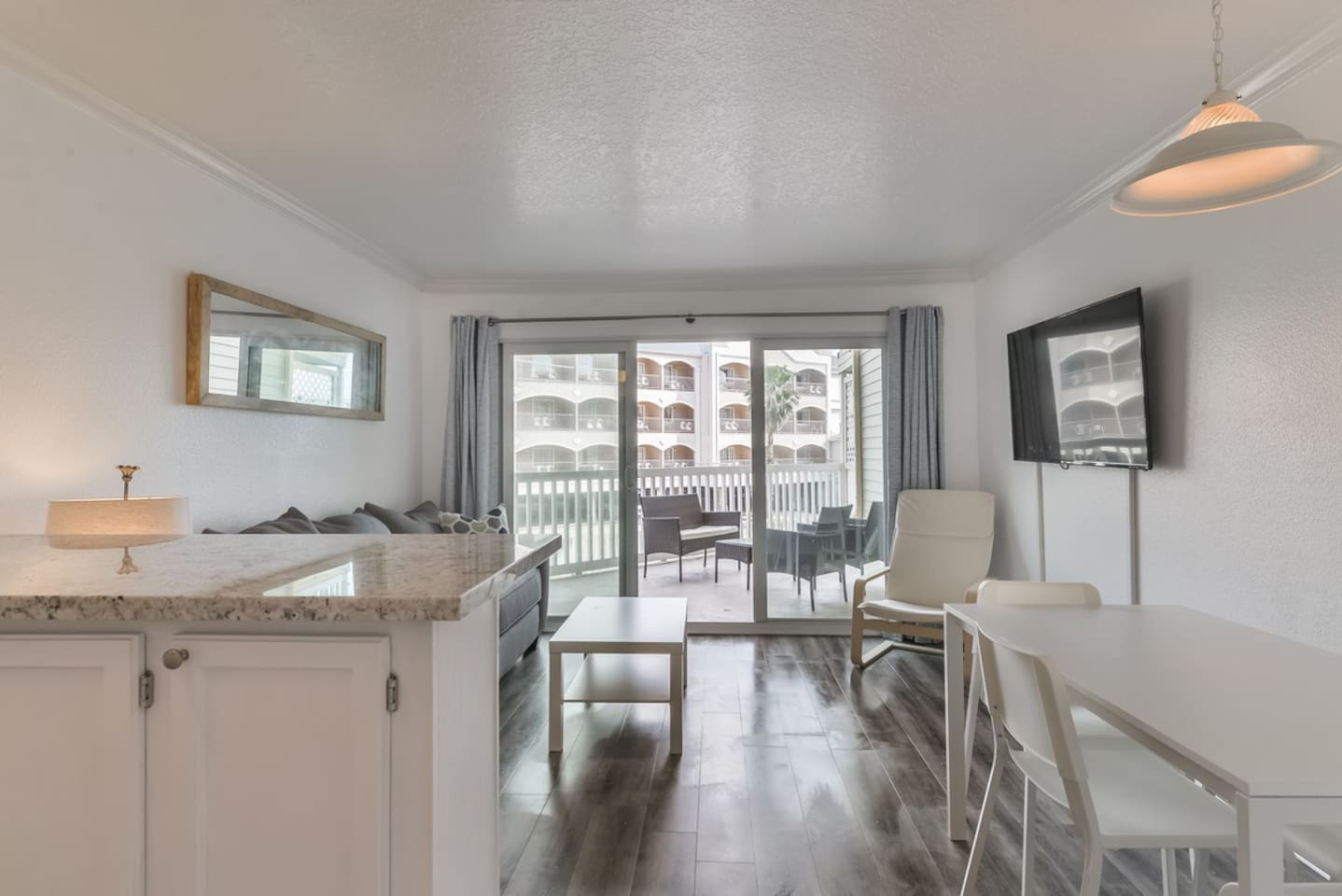 Beautiful Remodeled Condo steps from Galveston Beach