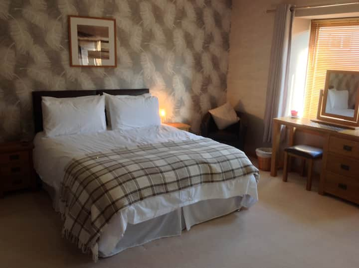 Innis Room beautiful large en-suite bedroom