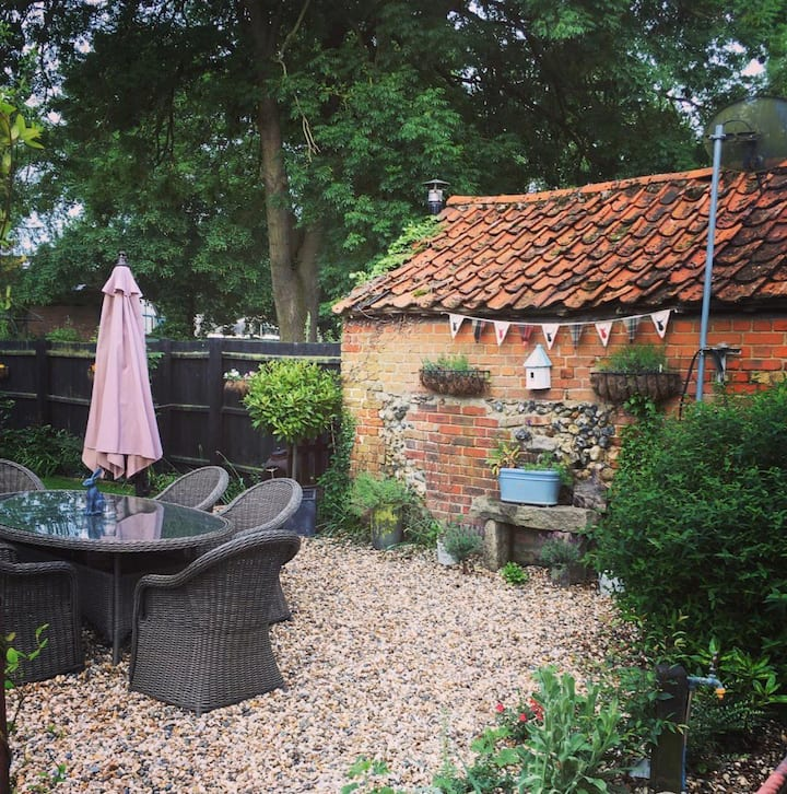 Private double room in beautiful country cottage