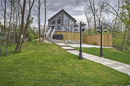 Lakeside Vanscoy Cottage w/ Private Dock & Hot Tub