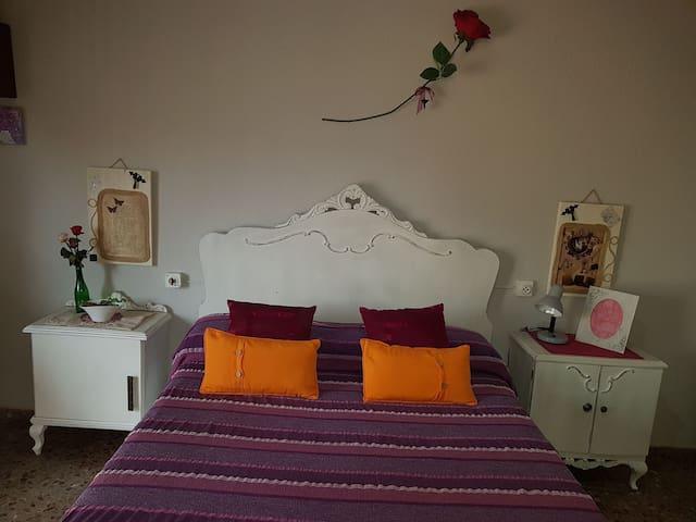 Amplia  habitación de estilo vintage.