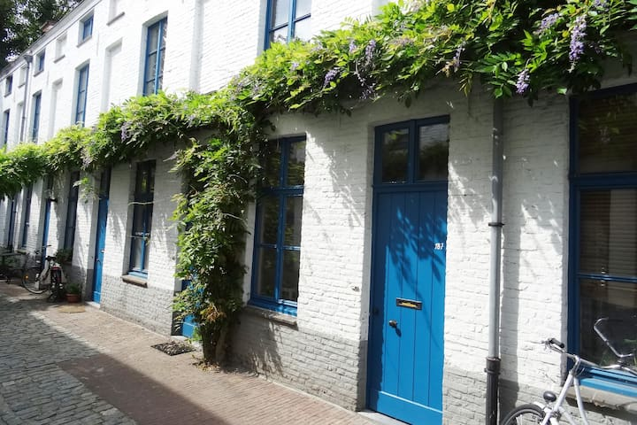Cute house with a private little garden & 2 bikes