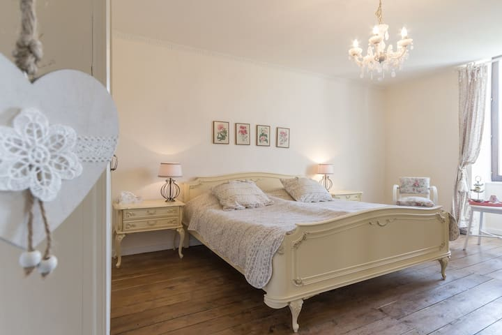 Le petit bonheur 21 ; our romantic bedroom
