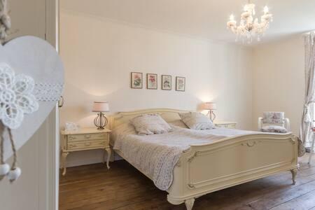 Le petit bonheur 21 ; our romantic bedroom