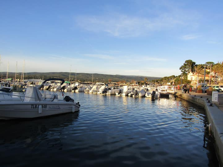 Studio de bord de mer petit port ambiance village