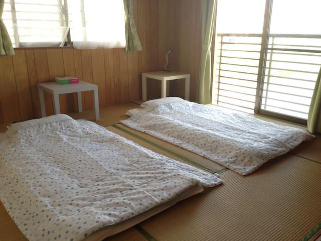 沖縄・西原町のリラックスシェアルーム。日当り抜群の和室(8帖)です。 - Nishihara Onaha - Apartment