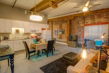 North Court View Loft - Novelty - Dubuque - 阁楼