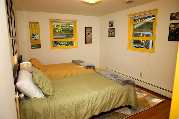 Third guest bedroom with two cozy twin beds.