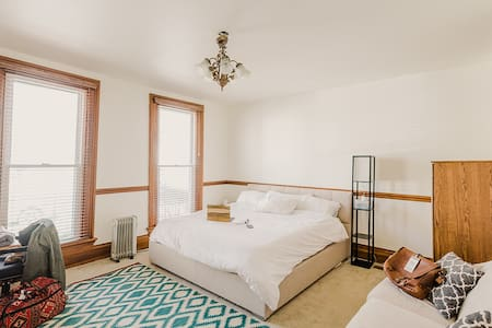Pvt Room/Entrance in top downtown area Free Parkin