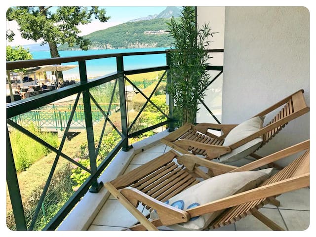 Petite terrasse avec vue sur le  lac d'Annecy
