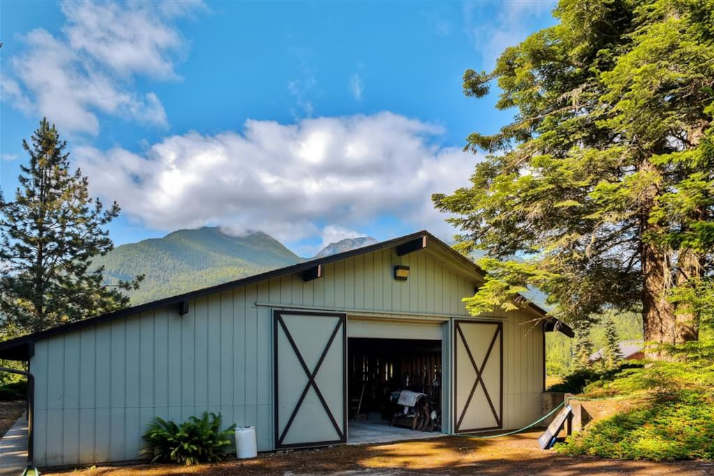 Attached barn with equine lodging facilities available - horses welcome!