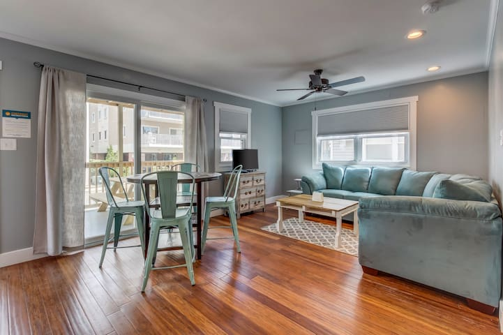 Charming condo w/ ocean views, 1/2 block from the beach - dog welcome!