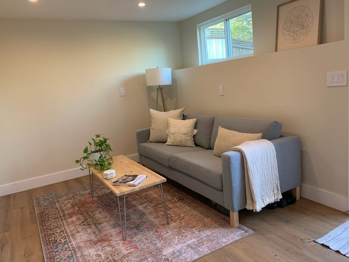 Cozy, Modern Space with Amenities