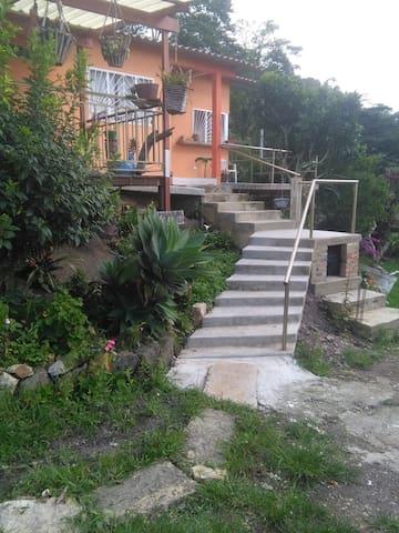 Escalera de ingreso a la casa