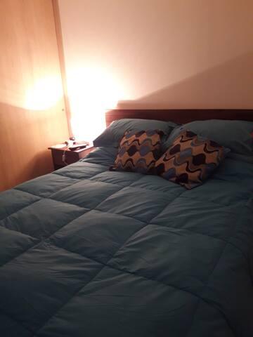 Acogedor dormitorio con baño en suite