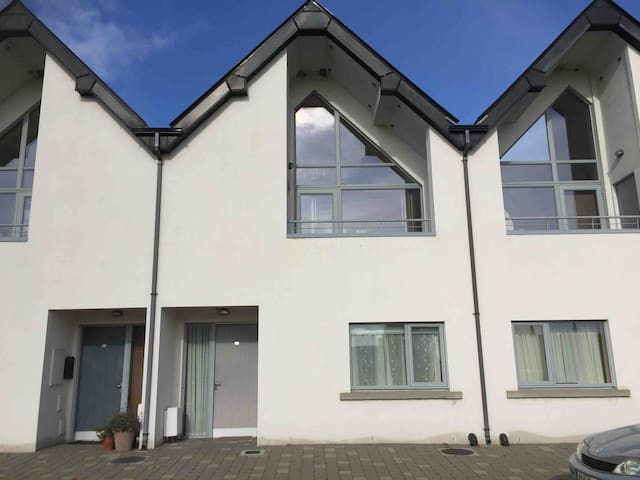 Cosy, modern townhouse with views of River Shannon