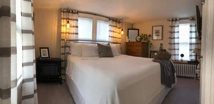 1780 House North Room Charming Bright King Bedroom